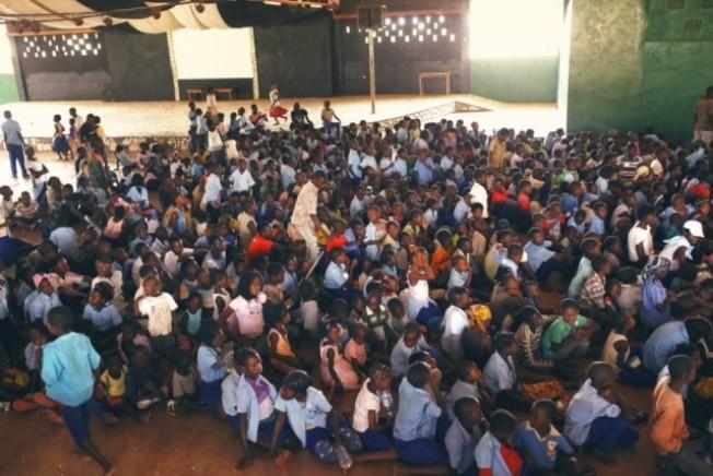 瑪麗娜幫助開辦700多個孩子參加的夏令營。