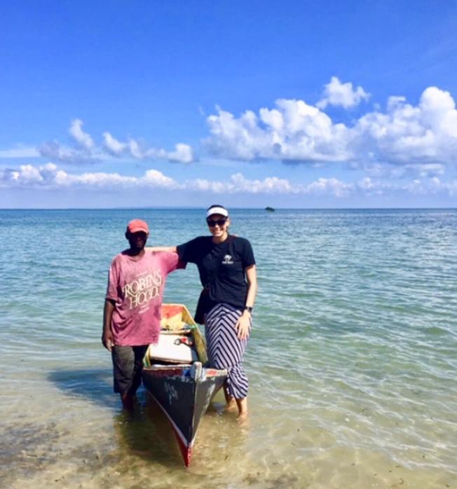 瑪麗娜和當地同工划獨木舟給海島送去生活物資。