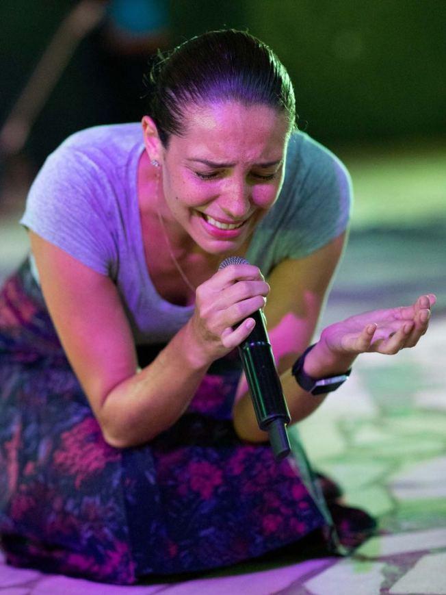 瑪麗娜為非洲人民哭泣禱告。