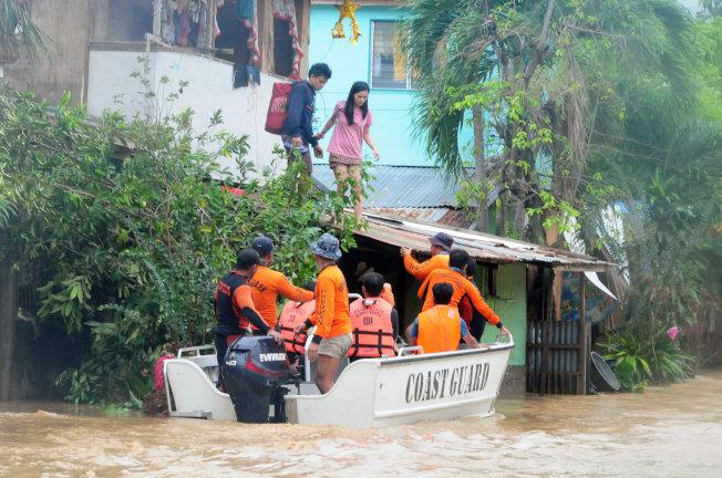 菲律賓當局出動搜救艇幫助民眾撤離。(路透)