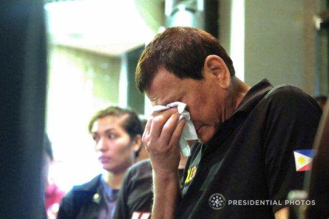 菲律賓總統杜特蒂以手帕拭淚。(圖/摘自菲律賓總統府馬拉坎南宮)