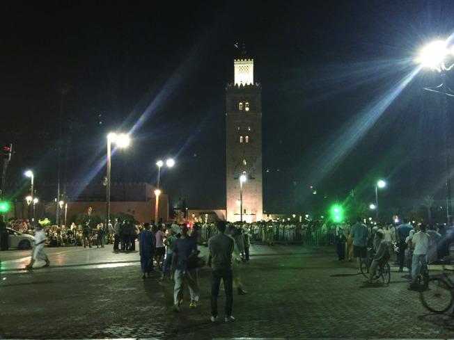 夜晚的清真寺,周圍仍十分熱鬧。(靜子.圖片提供)