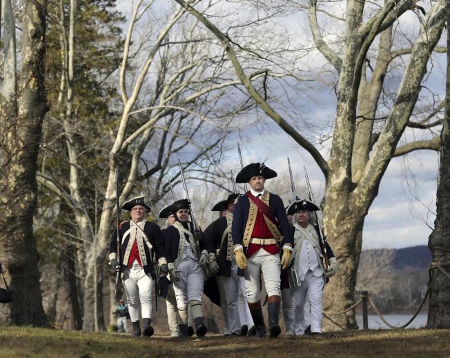 重溫聖誕夜/1776年聖誕夜,美國獨立戰爭關鍵的一役,喬治‧華盛頓將軍率軍度過德拉瓦河上游,成功襲擊英軍。圖為周一的紀念活動。(美聯社)