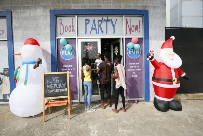 大選聖誕節/非洲賴比瑞亞的兒童們吃冰淇淋度過炎熱的聖誕節,總統大選第二輪即舉行,足 球明星韋亞會否成為國家領導人,大家拭目以待。(歐新社)