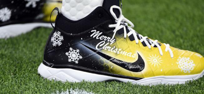 穿上聖誕節/NFL匹茲堡鋼人四分衛Ben Roethlisberger在德州休士頓的熱身賽上,穿著一雙特別的鞋,向大家說「聖誕快樂」。 (美聯社)