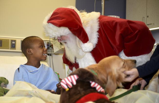 醫院聖誕節/美國喬治亞州一處兒童醫院,病童無法回家與家人共度聖誕,沒關係不必難過,聖誕老公公帶著禮物來了。(美聯社)