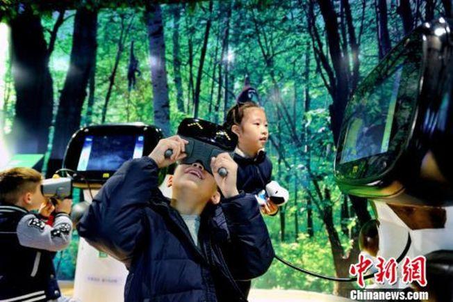 小朋友提前體驗廣州動物園VR動物園。(取材自中新網)