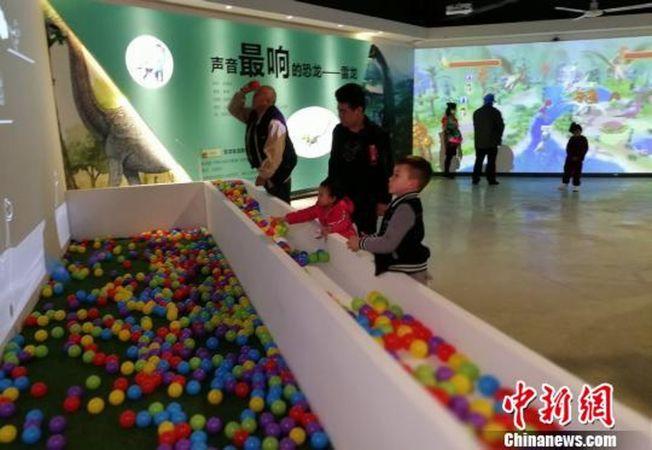 廣州動物園VR動物園恐龍復活體驗區。(取材自中新網)