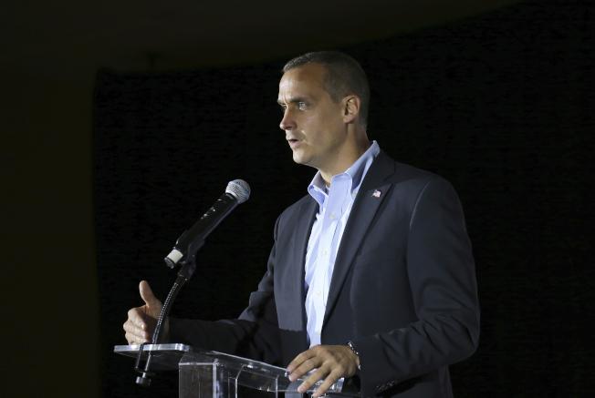 圖為前川普競選經理李萬度斯基今年11月在新州一個活動上發表演說。(美聯社)