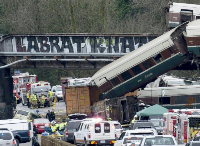 美鐵高速列車失事,衝下公路。(Getty Images)