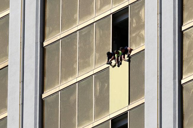 槍手在賭城拉斯維加斯旅館高樓向參加音樂會的人群濫射,造成重大死傷。(路透)