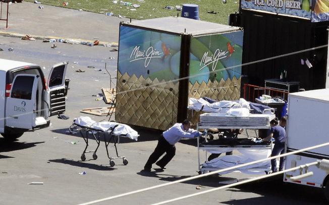 槍手在賭城拉斯維加斯旅館高樓向參加音樂會的人群濫射,造成重大死傷。(美聯社)