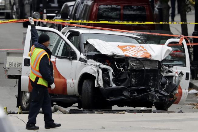 恐佈分子駕出租卡車衝進曼哈頓單車徑,撞死自行車騎士及行人。(美聯社)