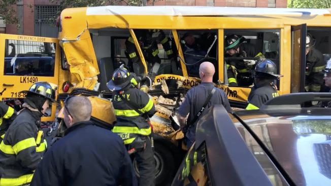紐約曼哈頓恐襲兇嫌駕駛卡車衝撞校車,警消前往救援。(美聯社)