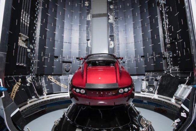 一輛特斯拉Roadster跑車固定在「獵鷹重型」火箭頭錐內部,SpaceX宣布最快在下個月把這輛跑車送上太空。(取材自推特)