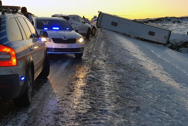 一輛載有46名中國遊客的旅遊大巴在冰島南部發生傾翻事故。(美聯社)