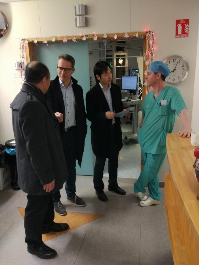 中國駐冰島大使館工作人員與冰島國家醫院工作人員交談,了解傷者情況。(新華社)