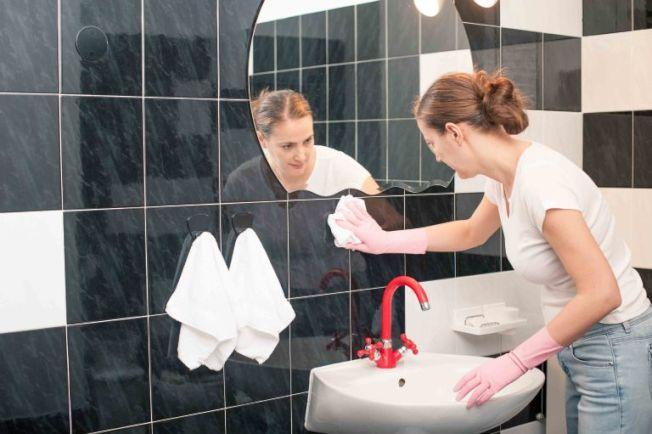 大腸桿菌可存在於馬桶和水槽的六呎內,每周應消毒馬桶和水槽,並擦拭浴室。(Getty Images)