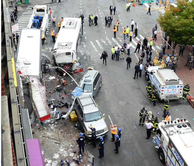 法拉盛旅巴撞公車的車禍現場一片狼藉。(本報檔案照)