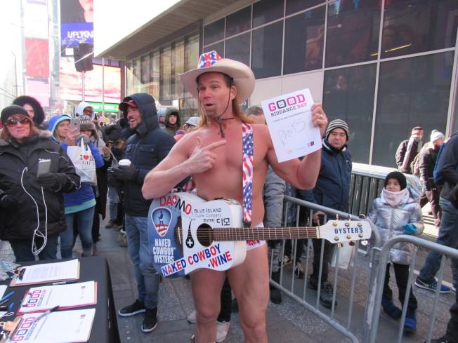 「裸體牛仔」Robert Burck希望將褲子粉碎,娛樂效果十足。(記者顏嘉瑩/攝影)