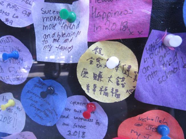 不少華人以中文寫下新年新希望,貼在時報廣場。(記者顏嘉瑩/攝影)