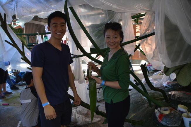 來自內陸河濱市華裔母子兩人廖女士(右)、Mason (左)參與義工裝飾。(記者啟鉻/攝影)
