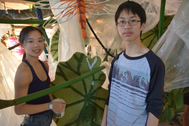 來自聖地牙哥的華裔姊弟李恩佩(左)、李浩庭(右)參加義工裝飾花車。(記者啟鉻/攝影)