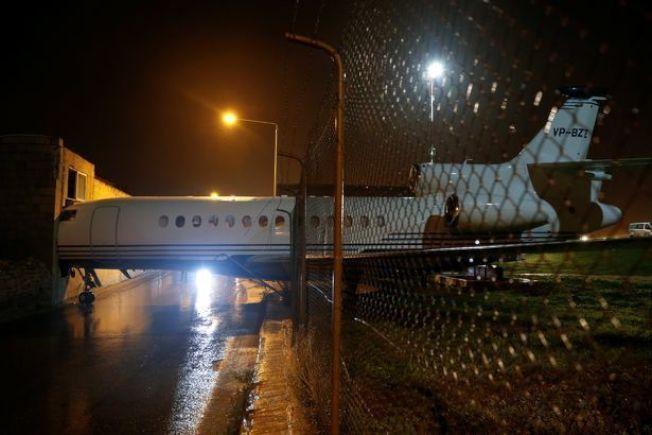 馬爾他機場一架私人飛機,因為強風而滑動,穿破了機場的圍欄,機頭就這樣「插」進路旁的建築內。圖截自Mirror