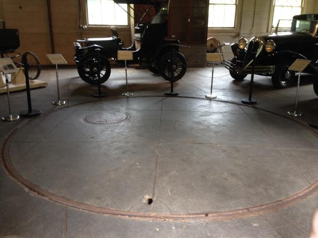 愛迪生故居的車房內調車用的大轉盤。