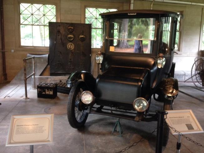 愛迪生故居的車房內停的電動汽車。