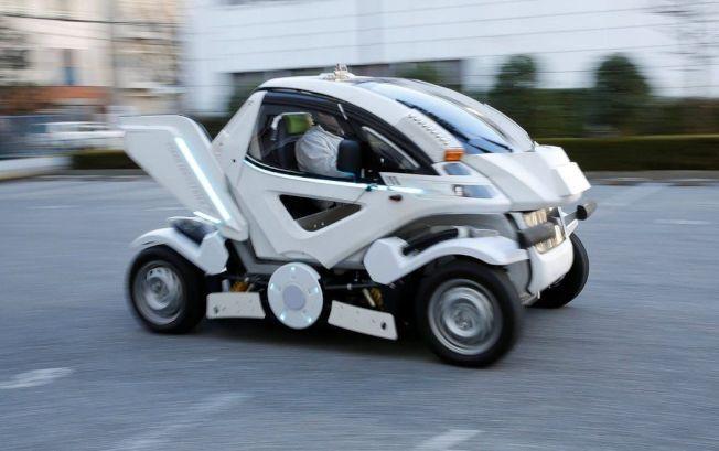 日本電動車新創公司Four Link Systems推出的變形電動車「Earth-1」27日影像。「Earth-1」概念圖由知名動畫機動戰士Gundam機械設計師大河原邦男操刀,外形既有機器人風格,又能符合開車上路的交通法規。路透
