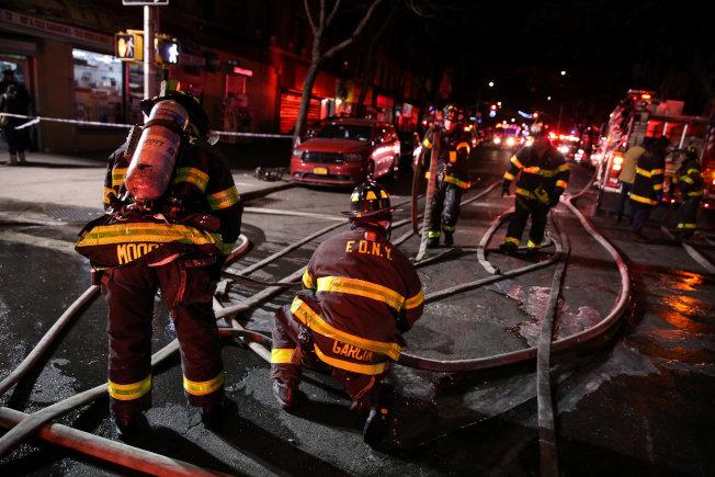 紐約公寓大火,消防單位在現場灌救。(路透)