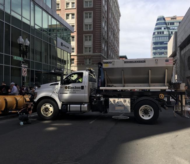 警方將使用卡車封道隔離。(本報檔案照)
