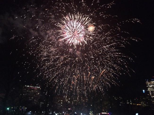 今年波士頓第一夜跨年午夜煙花,市府派出專人觀測天氣,若情況良好將按照原計畫舉行。(本報檔案照)