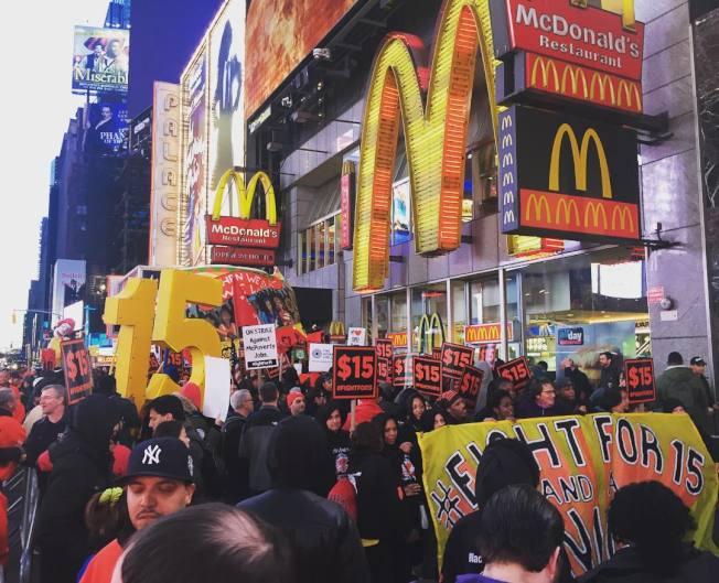 「Fight for 15」組織示威者遊行,要求將最低工資提高到15元。(取材自臉書)