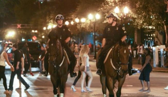 奧蘭多市區中心常有騎警巡邏。(截自視頻)