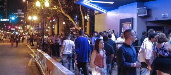 奧蘭多市中心是觀光熱點之一,夜間十分熱鬧。(截自視頻)