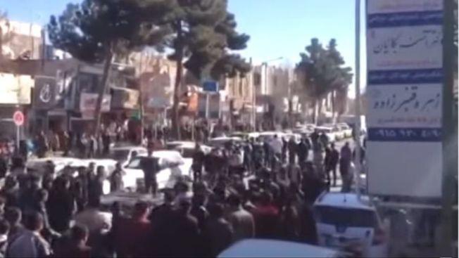 抗議物價高漲以及高失業率,數以百計的群眾一連兩天走上伊朗第2大城麥什赫德和其他城鎮街頭。(取材自YouTube)