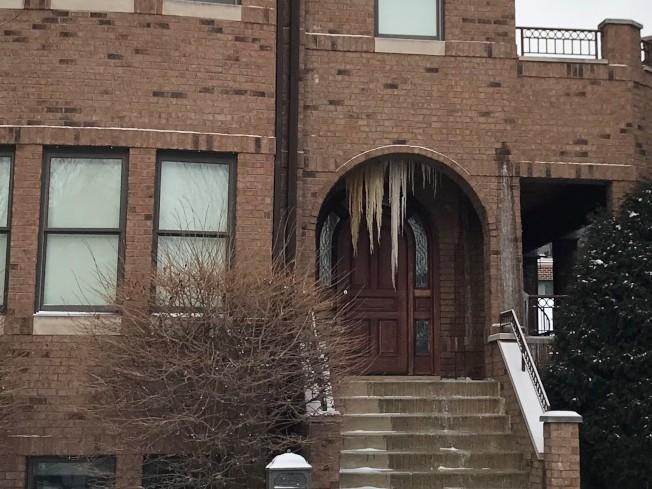 橋港區一處房屋,因為水管爆裂而在入口處形成「冰柱」。(特派員黃惠玲/攝影)