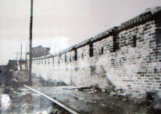 申遺前,未經修復的古城牆上還插著不少電線桿。(取材自澎湃新聞/受訪者供圖)