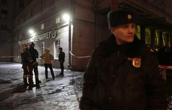 俄羅斯聖彼得堡一間超級市場日前發生爆炸,警方在現場戒備。(路透)