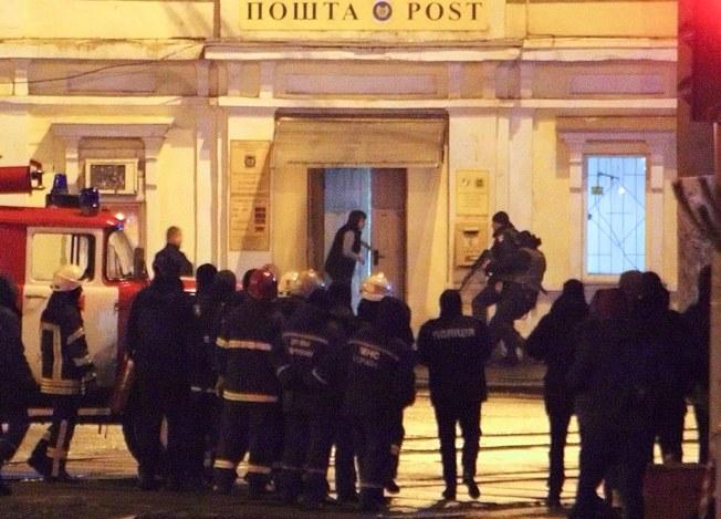 一名男子在烏克蘭第二大城哈爾科夫一家郵局挾持人質,警方到場攻堅。(歐新社)