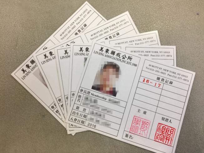 白色的假會員證大部分為2016年至2017年發出,上頭蓋有鄧學源和關祖洞的印章。(記者顏嘉瑩/攝影)