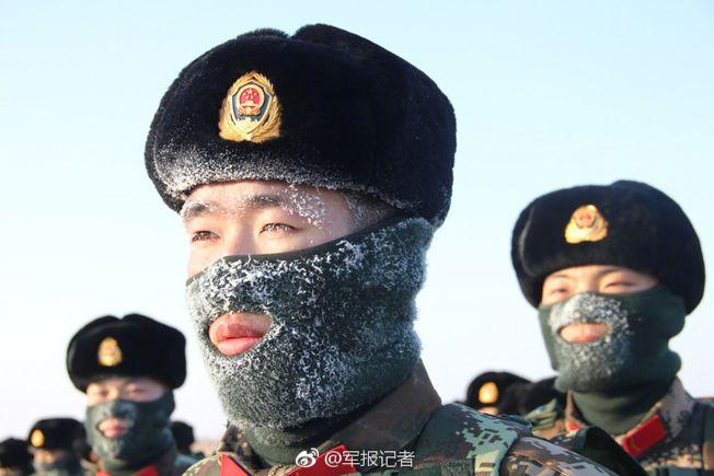 新兵在雪地中受訓。(取材自解放軍報)