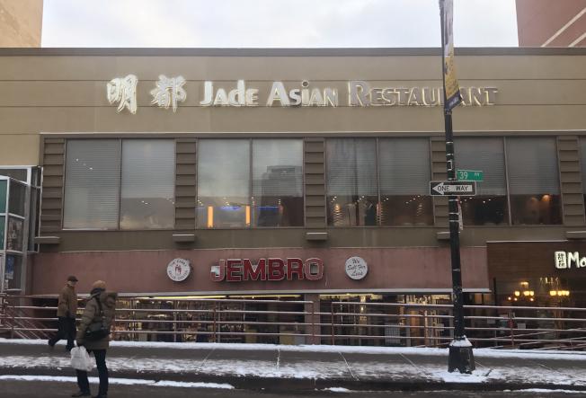 明都大酒樓將於明年轉型成KTV,老顧客冒雪趕來表不捨。(記者牟蘭/攝影)