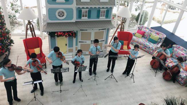慈濟長島青少年弦樂團成員在大廳演奏曲目。(本報記者╱攝影)