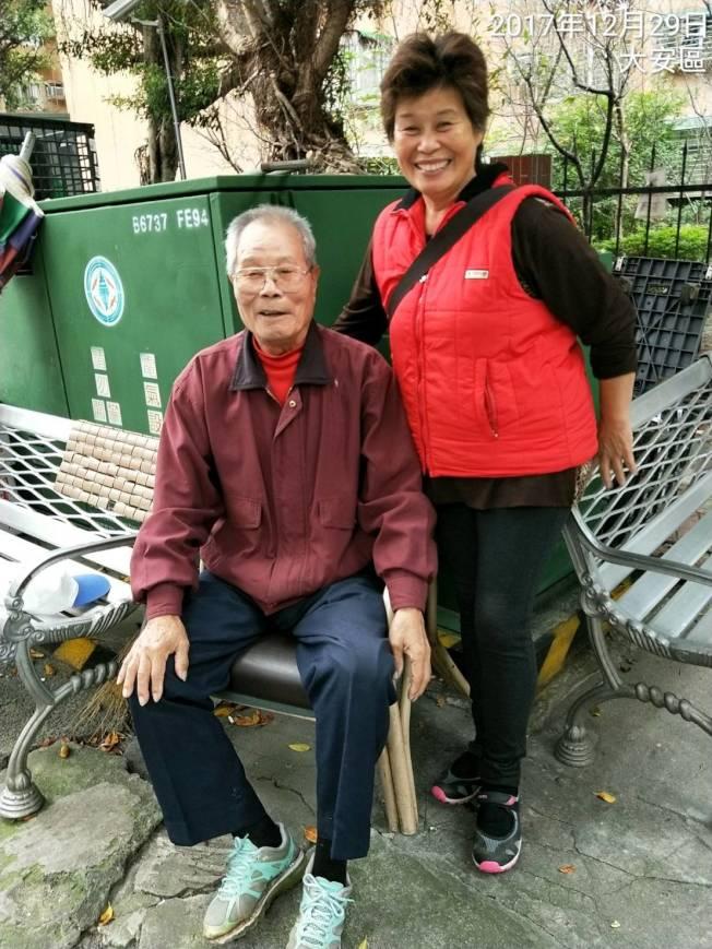桃園市民魏寶蘭(右)在聯合報同仁熱心積極協助下,遠赴台北市尋找到失聯40多年的六叔邱錦員(左),雙方約定新的一年與桃園親友碰面團聚。圖/魏寶蘭提供