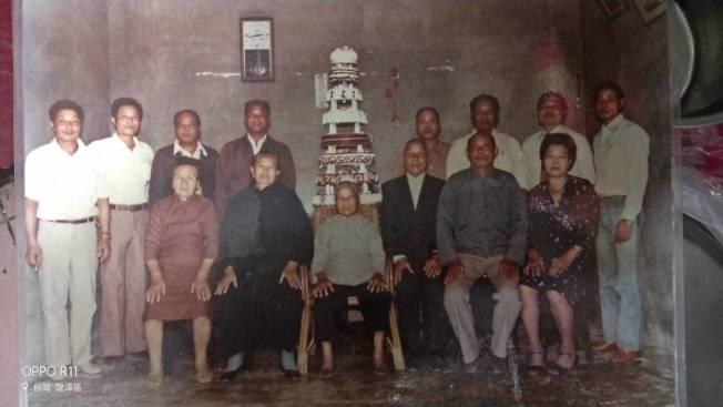 桃園市90歲魏錦祥(後排左四)的女兒魏寶蘭,在聯合報同仁熱心積極協助下,遠赴台北市尋找到失聯40多年的六弟邱錦員(後排右二)。圖為早年兄弟合影照片。圖/魏寶蘭提供