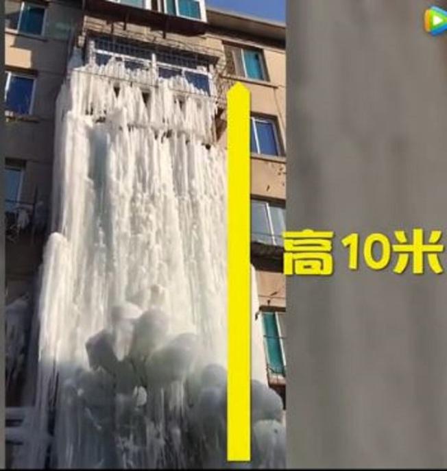 鞍山一處待拆的公寓自來水漏水,形成高10公尺的冰瀑布。觀察者網