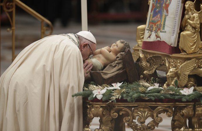 2017年12月31日梵蒂岡聖彼得大教堂舉行新年前夕晚宴,教宗方濟各親吻神聖嬰兒的雕像。(美聯社)